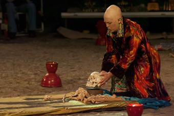 "Julia Varley w spektaklu ""Ur Hamlet"", Wrocław 2009, fot. Francesco Galli"