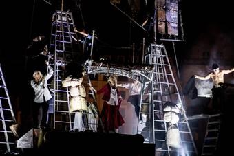 """""""Sceny ulicy"""". Festiwal teatru ulicznego; """"Armia"""", spektakl Akademii Ruchu;"""