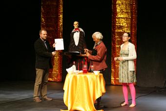 Jarosław Fret, Julia Varley i Eugenio Barba w czasie uroczystego przekazania