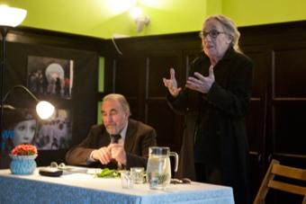 Spotkanie z Mają Komorowską, obok prowadzący spotkanie Janusz Degler
