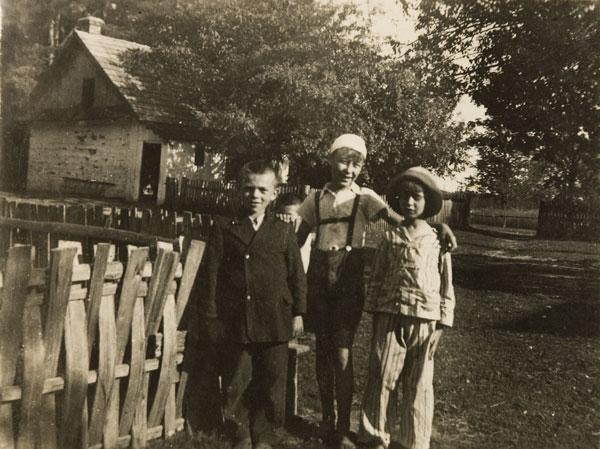 Jerzy Grotowski, Kazimierz Grotowski i kolega z sąsiedztwa w Nienadówce, lata 40