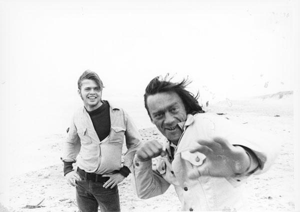 jeden z aktorów Odin Teatret i Ryszard Cieślak na duńskim wybrzeżu Morza Bałtyck