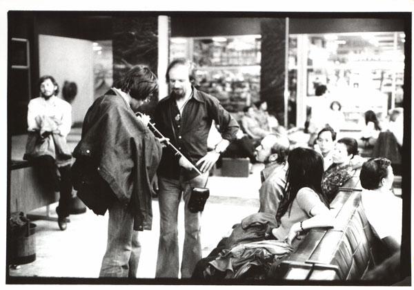 zespół Teatru Laboratorium na lotnisku w czasie podróży do Australii