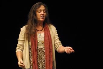 Julia Varley w trakcie improwizowanego pokazu w ramach XIV sesji ISTY. Wrocław,