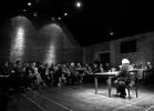 Na zdjęciu: Ludwik Flaszen i publiczność