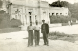 Jerzy Grotowski przed Pałacem Emira podczas podróży do środkowoazjatyckich repub