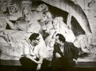 Jerzy Grotowski i Ludwik Flaszen na tle dekoracji do Misterium buffo