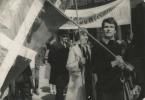 Jerzy Grotowski podczas pochodu pierwszomajowego we Wrocławiu